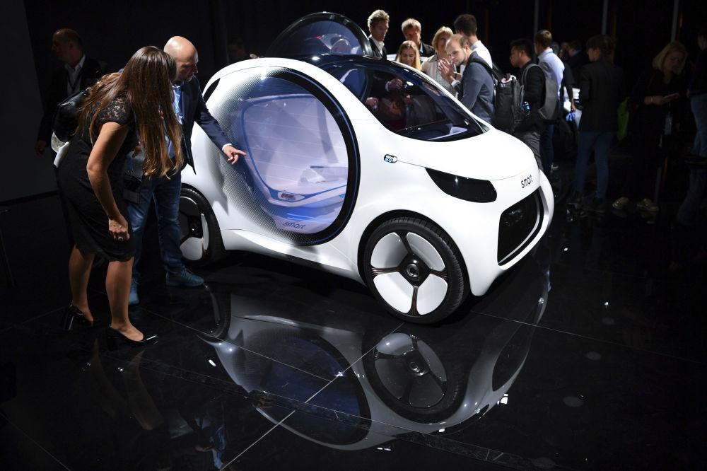 Návštěvníci u auta Smart Vision EQ na Mezinárodní automobilové výstavě ve Frankfurtu, Německo