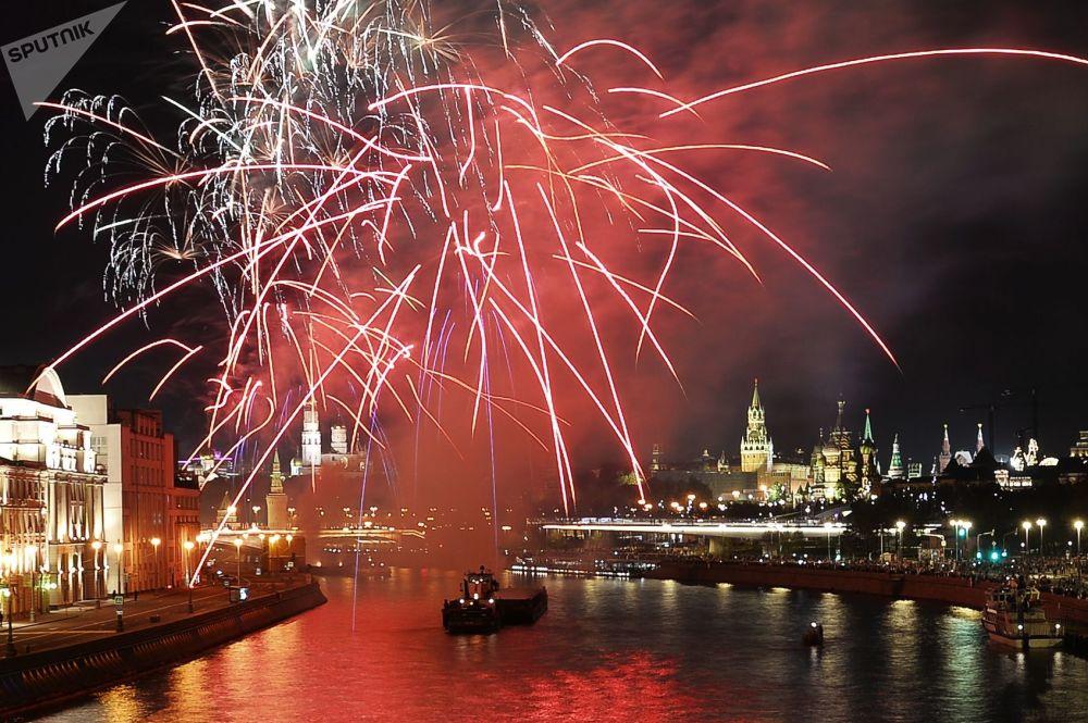 Slavnostní ohňostroj na počest Dne města Moskvy