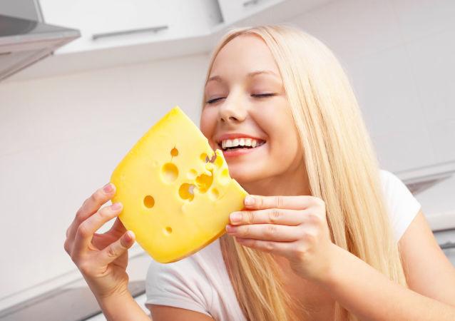 Dívka s kouskem sýru