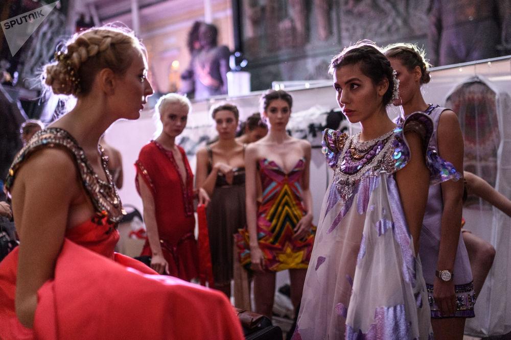 Modelky před začátkem přehlídky oblečení v rámci mezinárodního etnokulturního festivalu Etno Art Fest 2017 v Moskvě