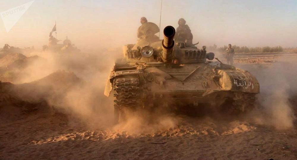 Tanky syrské armády na pozicích v oblasti Dajr az-Zauru