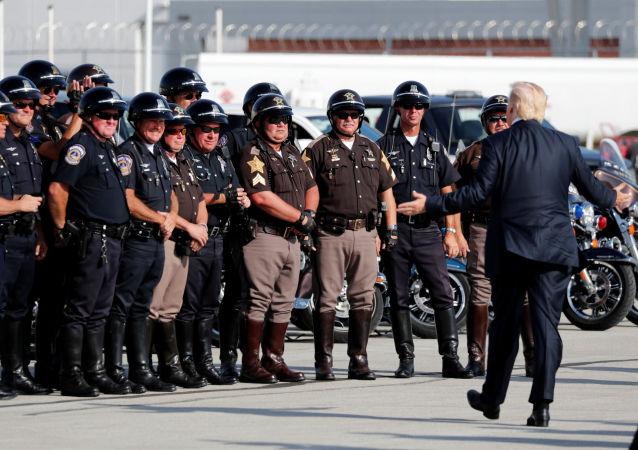 Americký prezident Donald Trump vítá důstojníky motorkové policie, kteří ho doprovázeli na letiště Indianopolisu