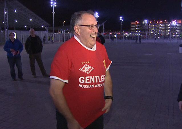 Vřelé přijetí fanoušků MU a Liverpoolu v Moskvě. Video