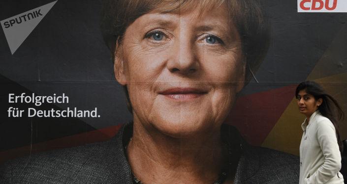 Plakát s vyobrazením německé kancléřky a lídra Křesťanskodemokratické unie Angely Merkelové v jedné berlínské ulici před parlamentními volbami v Německu