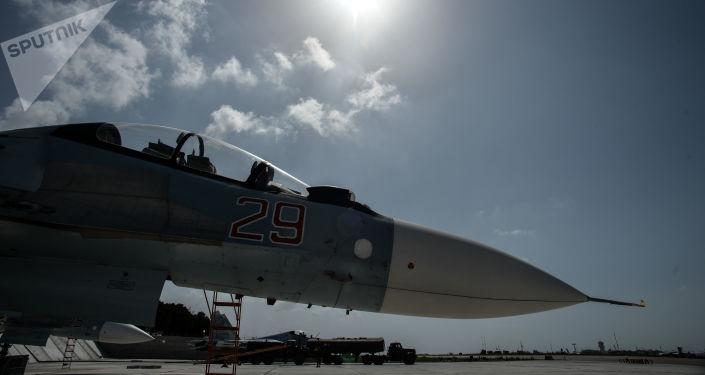 Ruská stíhačka Su-30 na základně Hmeimim
