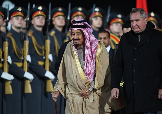 Salmán bin Abd al-Azíz al Saúd a Dmitrij Rogozin na moskevském letišti Vnukovo