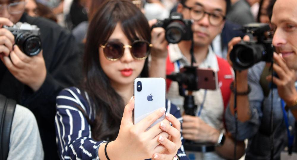Dívka se smartphonem iPhone X