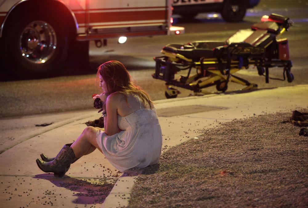Žena na místě, kde došlo ke střelbě u kasina Mandalay Bay v Las Vegas