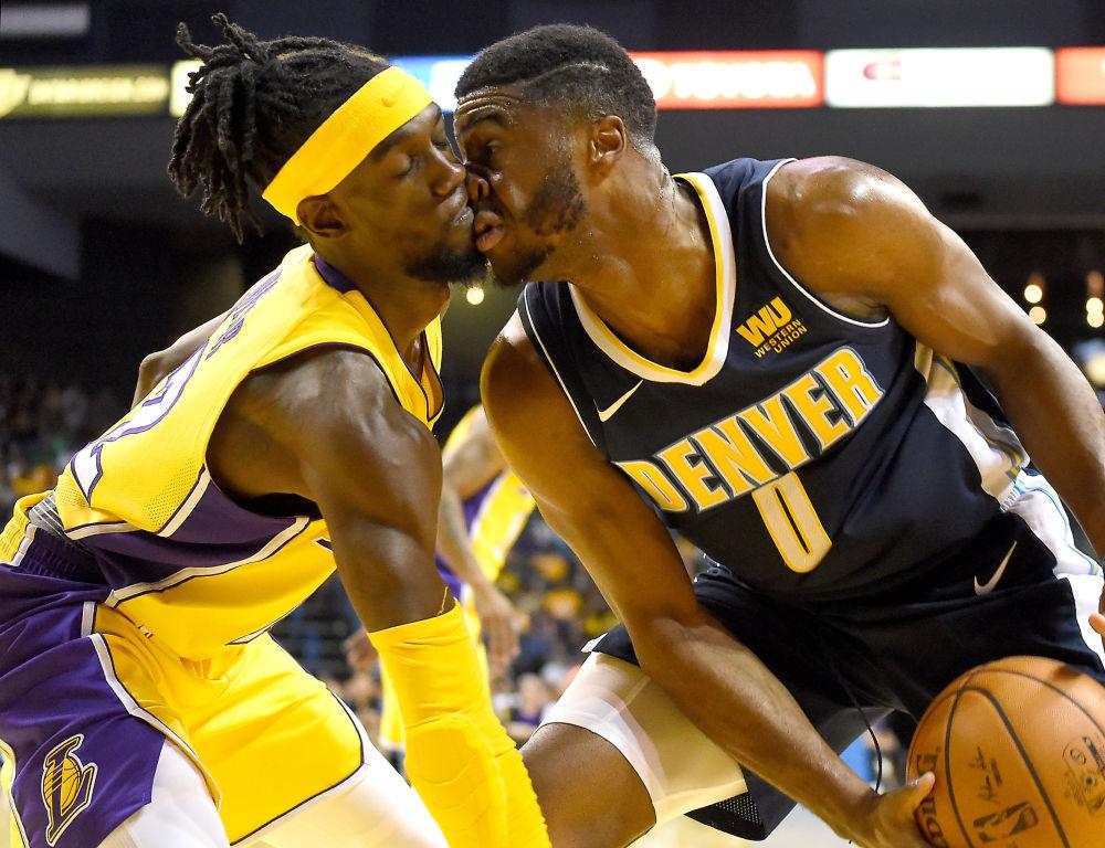 Obránce basketbalového týmu Los Angeles Lakers Brianté Weber a obránce týmu Denver Nuggets Emmanuel Mudiay během hry pod košem ve druhém poločase v Kalifornii, USA
