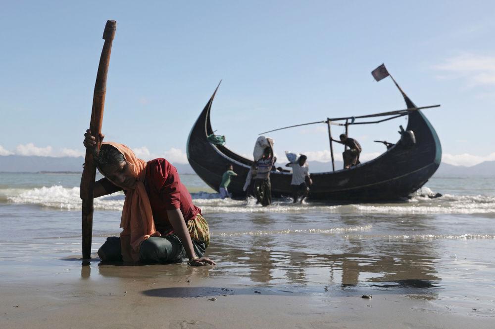 Rohingští uprchlíci po vylodění na břehu města Teknaf, Bangladéš