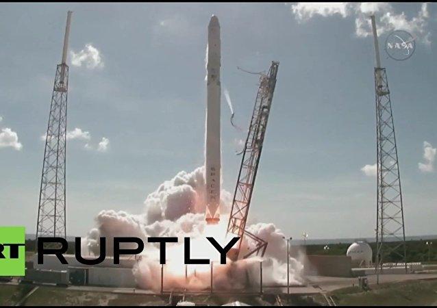 Raketa Falcon 9 se roztříštila hned po startu