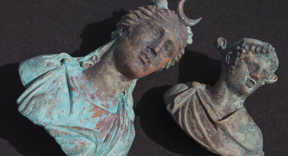 Bronzové modely antických bohů nalezené izraelskými potápěči ve Středozemním moři