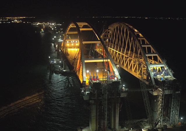 Automobilový oblouk mostu na Krym upevnili na opory