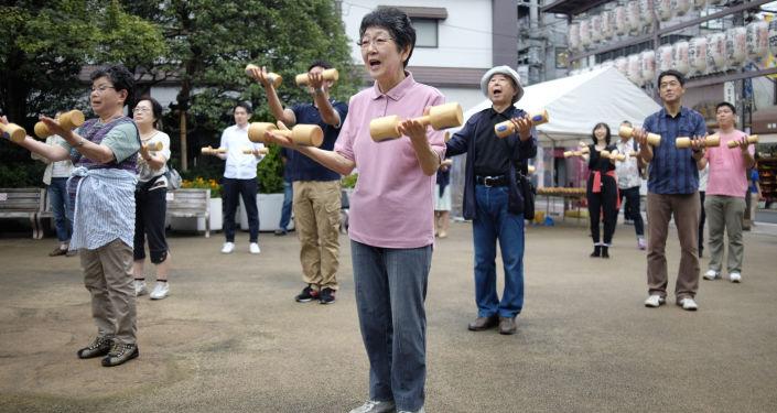 Starší lidé při cvičení