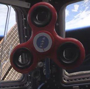 Astronauti na MKS ukázali triky se spinnerem