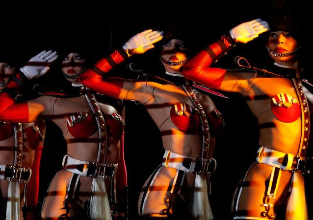 Tanečnice kabaretu Crazy Horse Paris během předvystoupení v Singapuru