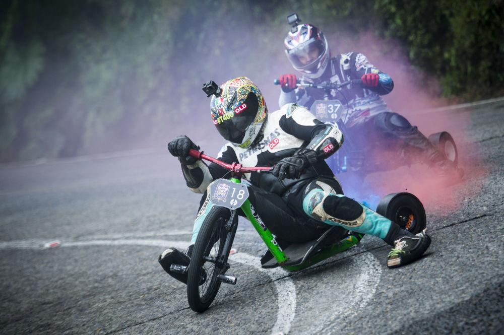 Účastníci soutěže Red Bull Trike Strike na tříkolových bicyklech v Brazílii