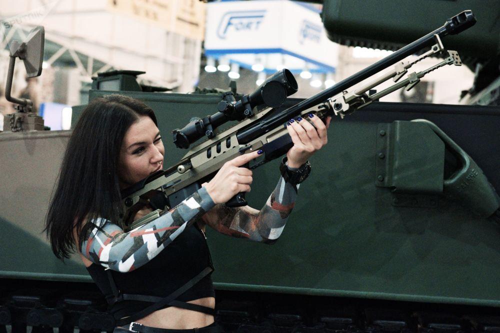 Dívka na kyjevské výstavě Zbraně a bezpečnost
