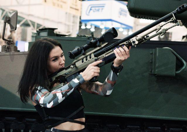 Dívka na výstavě Zbraně a bezpečnost