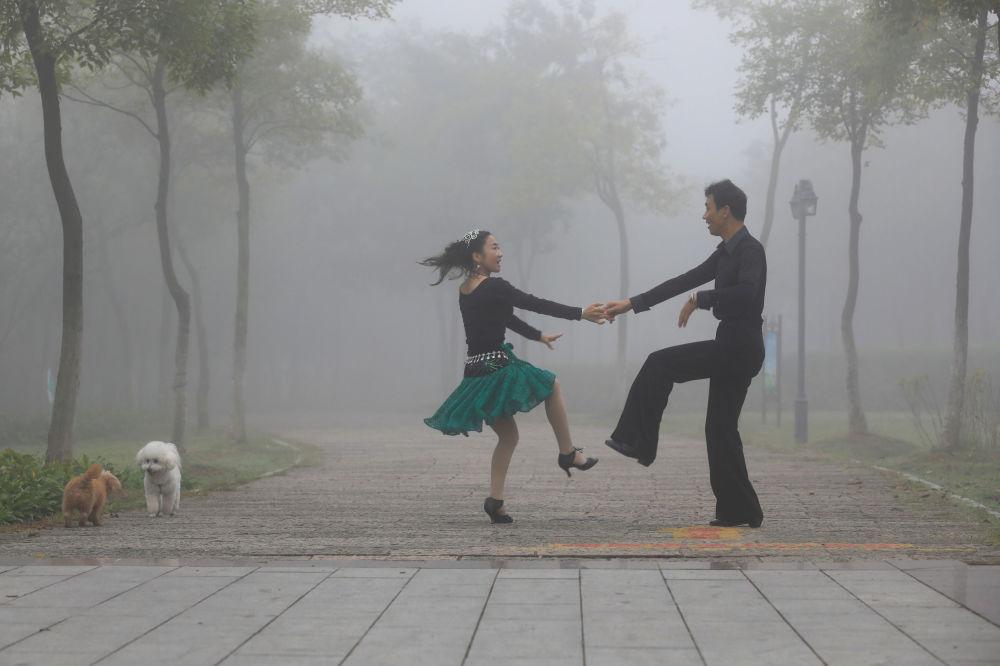 Pár tančí v čínském parku Huajang