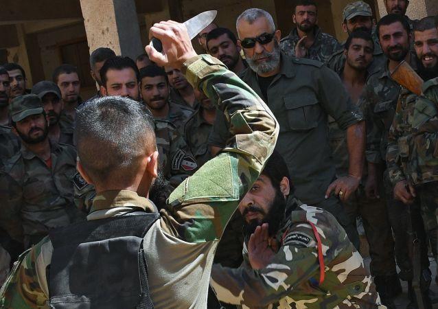 Generál Issam Zahreddin během výcviku nováčků