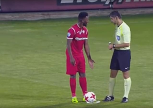 Fotbalista si o rozhodčího otřel nohu přímo během zápasu