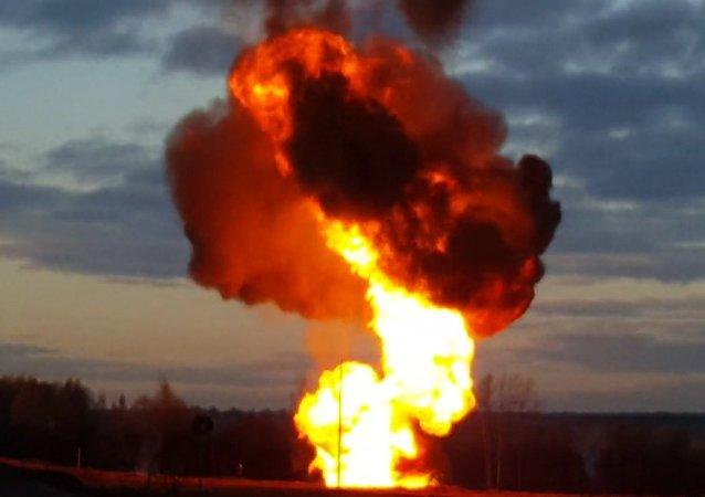 Plamen vysoký 20 metrů. V okolí Moskvy se protrhl plynovod. Video