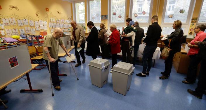 Lidé hlasují na parlamentních volbách v Praze