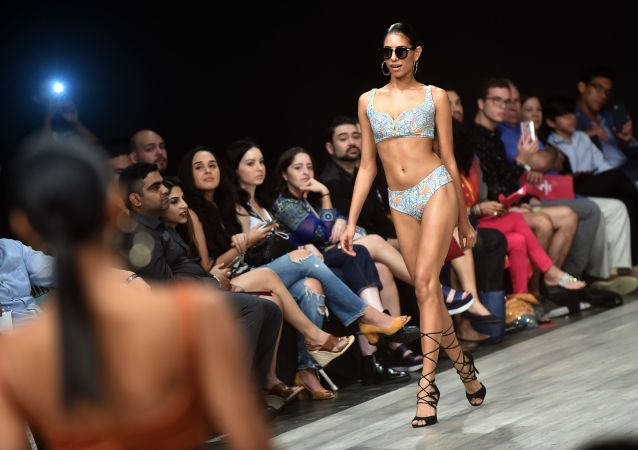 Modelka předvádí kolekci designéra Flamants na Neděli módy v Panamě
