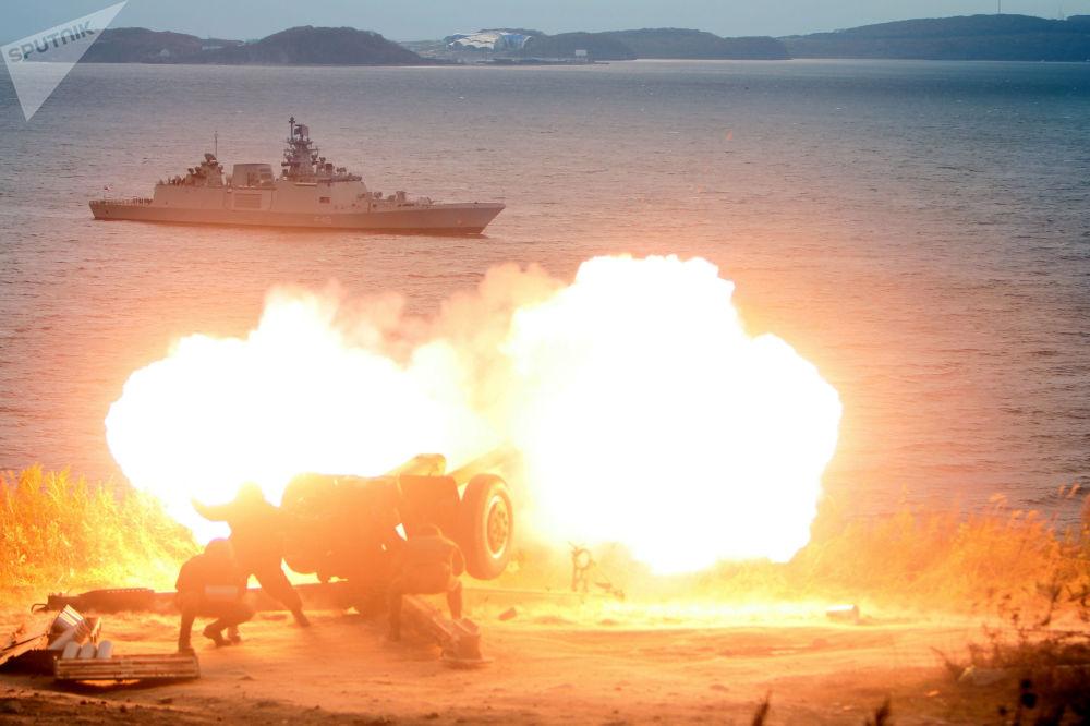 Dělostřelecká salva na počest připlutí indické fregaty Saptura do Vladivostoku kvůli účasti na mezinárodním rusko-indickém vojenském cvičení Indra 2017