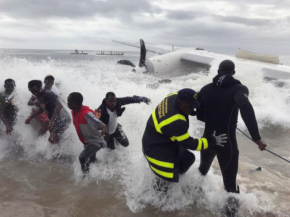 Záchranáři vytahují z moře úlomky havarovaného letadla v blízkosti letiště v Abidžanu, Pobřeží slonoviny