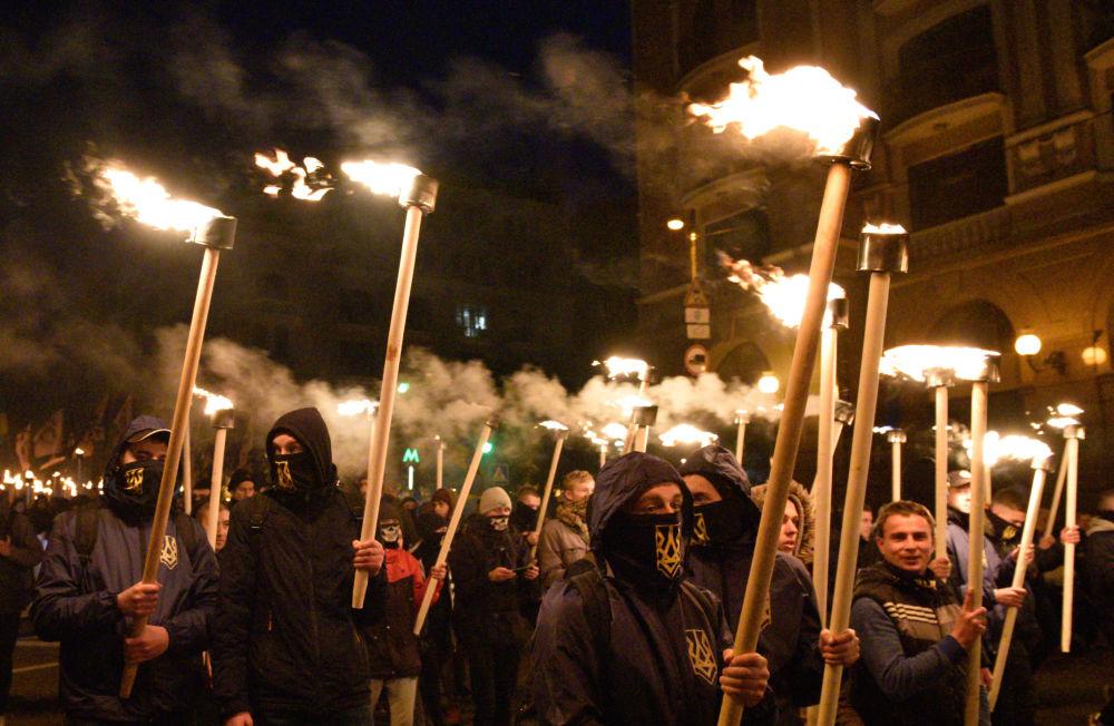 Účastníci pochodu v Kyjevě u příležitosti výročí založení ukrajinské povstalecké armády a Dne obránců Ukrajiny