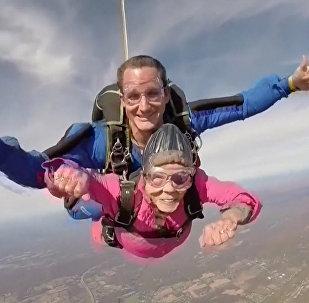 Stáří není radost: 94letá stařenka vyskočila s padákem. Video
