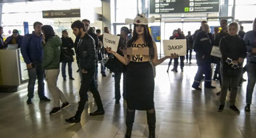 Polonahá aktivistka Femen se v kostýmu ovce postavila sex výletům na Ukrajinu