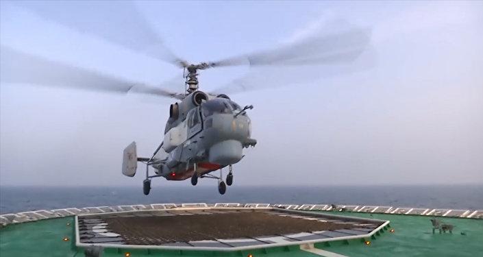 Na ledoborci Ilja Muromec trénovali start a přistání vrtulníků