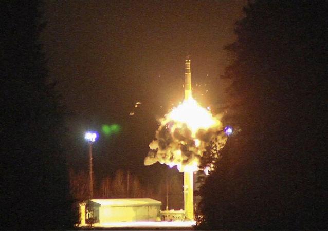 Start balistické rakety z kosmodromu Pleseck