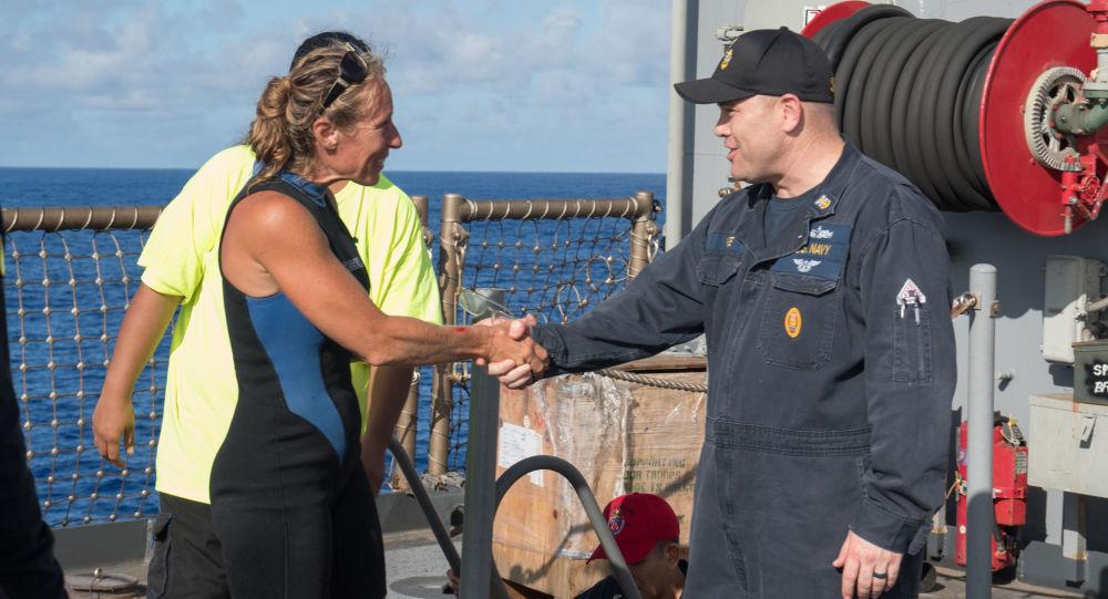 Obyvatelky Havaje Jennifer Appelová a náčelník velení lodě vojenského námořnictva USA Gary Wise
