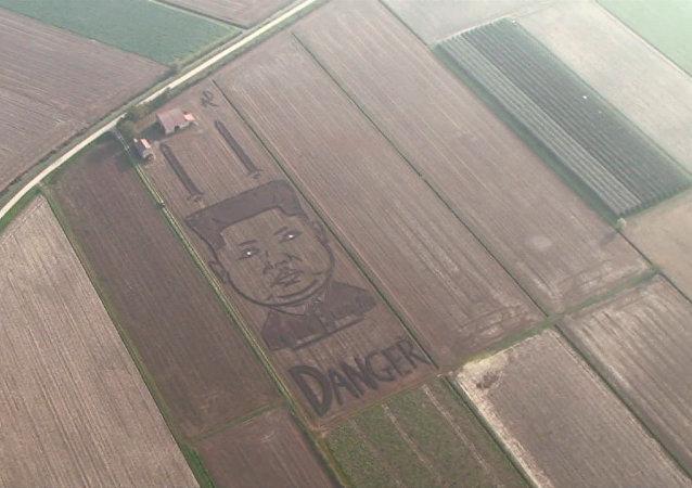 Na sójovém poli v Itálii se objevil dvousetmetrový portrét Kim Čong-una