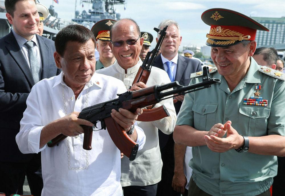 Filipínský prezident Rodrigo Duterte a ruský ministr obrany Sergej Šojgu si prohlíží AK-47