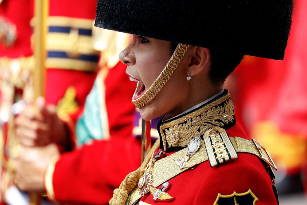 Vojačka na slavnostní kremaci thajského krále Pchúmipchona Adunjadéte v Bankoku