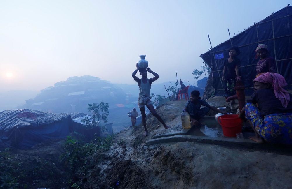 Rohindští uprchlíci si nabírají pitnou vodu u uprchlického táboru u města Koks Bazar, Bangladéš