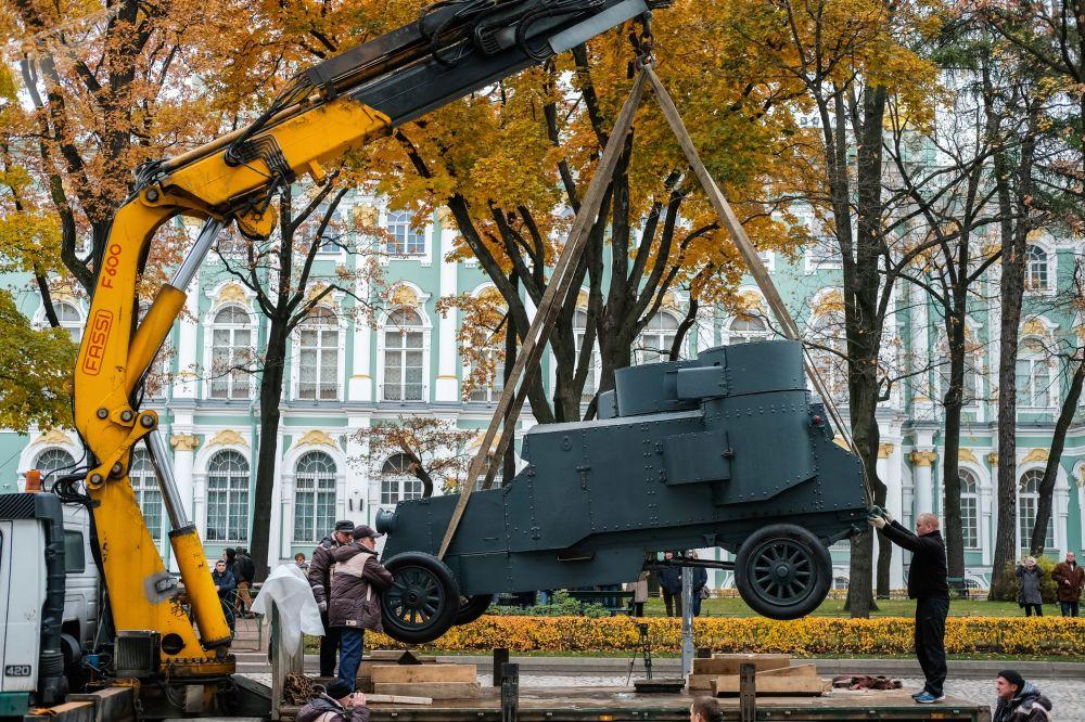 Obrněné vozidlo Nepřítel kapitálu v Zimním paláci v Petrohradu
