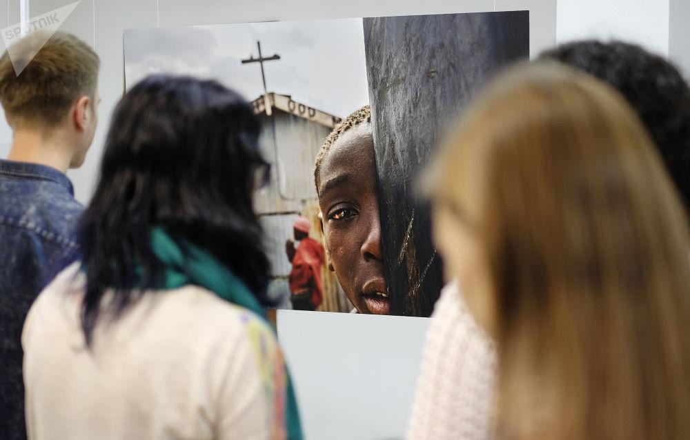 Návštěvníci na zahájení výstavy vítězů Mezinárodního konkurzu novinářské fotografie Andreje Stěnina v Krasnodaru