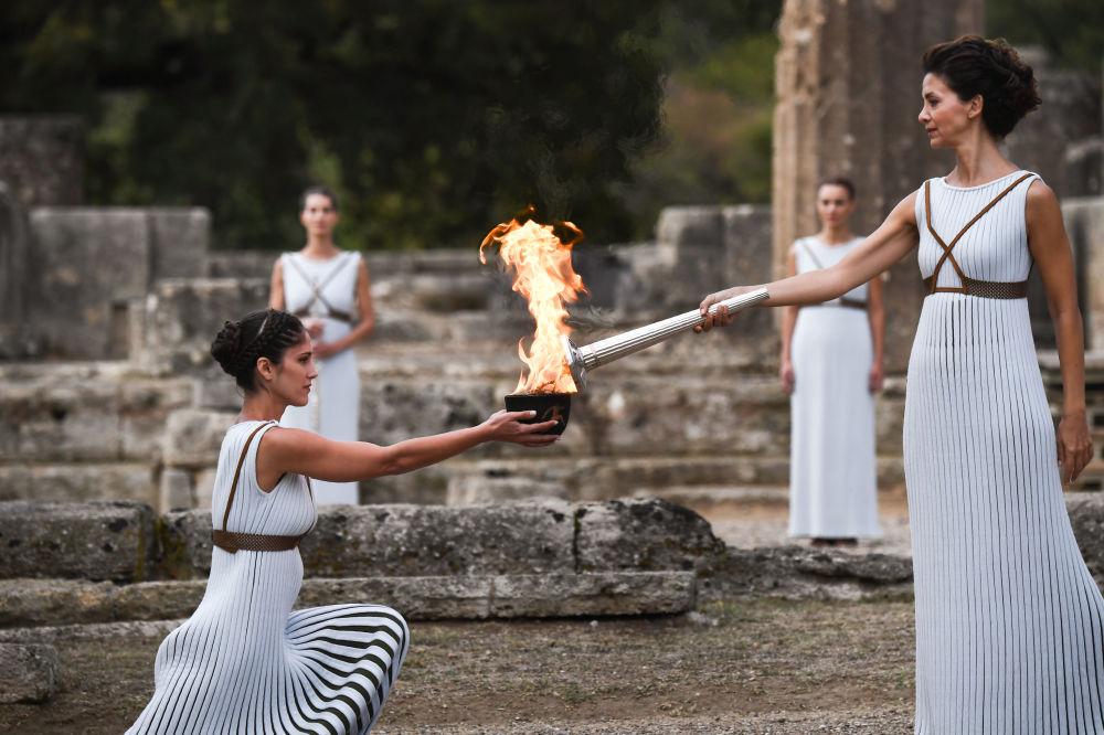 Herečka Katerina Lehuová v roli vrchní kněžky při slavnostním zapálení olympijského ohně 23. zimních olympijských her v Chrámu Héry v Olympii