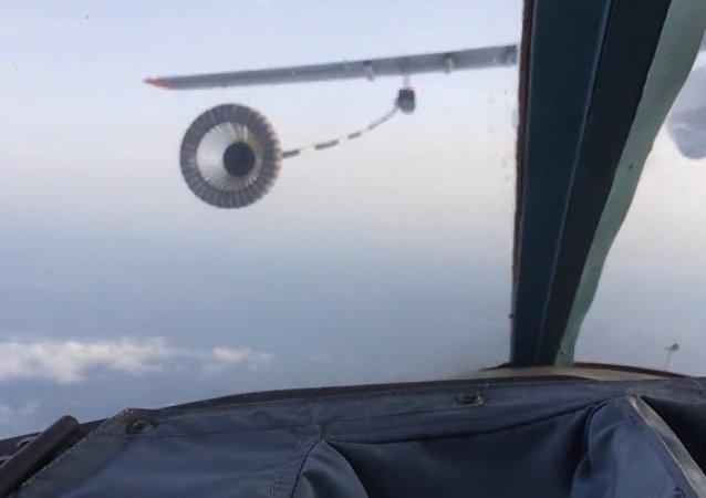 Práce mistrů: nejsložitější tankování za letu bombardérů Su-34