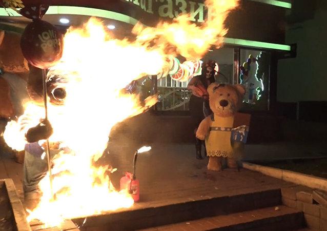 Aktivistka Femen zapálila medvídky u prodejny Roshen v Kyjevě. Video