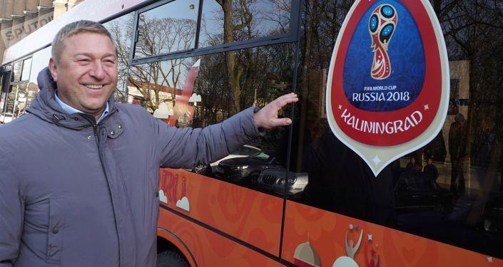 Primátor města Alexandr Jarušuk u městského autobusu Kaliningradu se symboly světového šampionátu ve fotbale roku 2018.