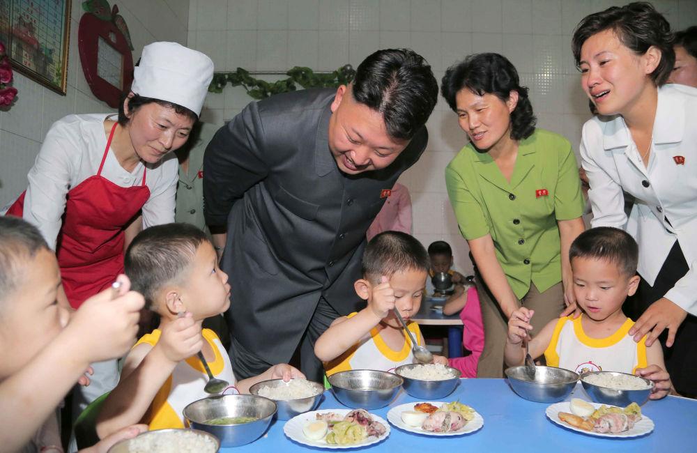 Lídr KDLR Kim Čong-un během návštěvy dětského domova v Pchjongjangu.