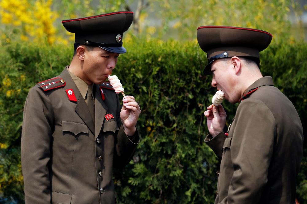 Vojáci jedí zmrzlinu v Pchjongjangu, KLDR.