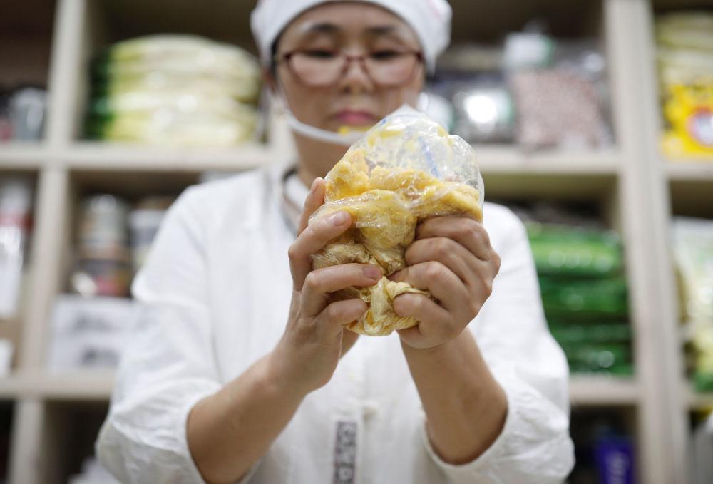 Severokorejská přeběhlice Hong Eun-hye ukazuje, jak Severokorejci dělají rýžový koláč, Soul, Jižní Korea.